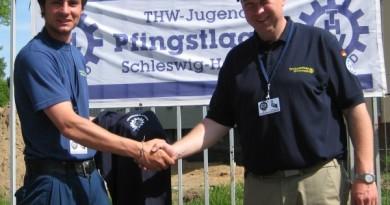 Lasse Kruck und Christian Jährling bei der Übergabe der T-Shirts