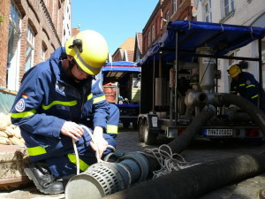 THW-Helfer beim Pumpeinsatz in Lauenburg (mit einer Spende / Mitgliedschaft können Sie unsere Arbeit unterstützen)