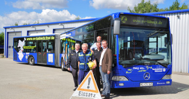 Ein blauer Linienbus wirbt in Lübeck für das THW