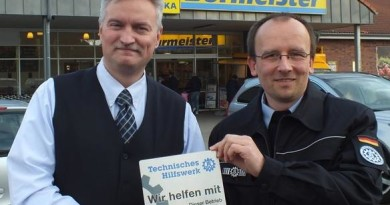 """Danke""-Plakette an Wolfgang Burmeister (Inhaber zweier Edeka-Märkte)"