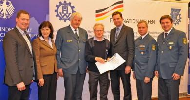 Für sein langjähriges und erfolgreiches Engagement wurde Andreas Mellmann (mitte) von der THW-Bundesvereinigung mit der Ehrennadel in Gold ausgezeichnet.
