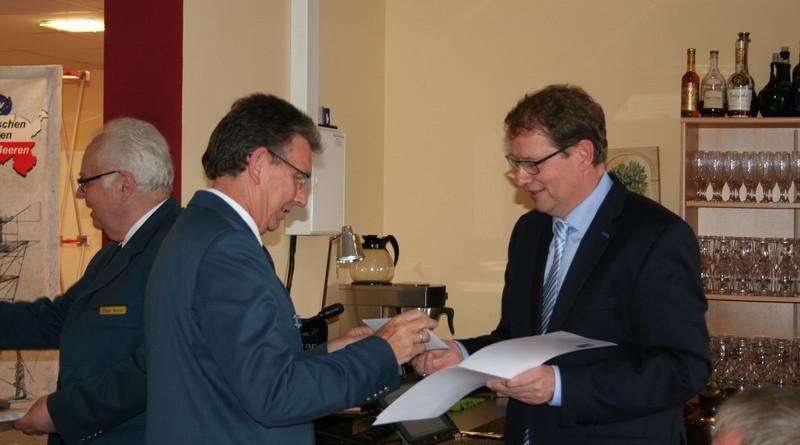 Burkhard Hamm zeichneten den ehemaligen 2. Vorsitzenden Gero Storjohann (MdB) mit der Ehrennadel in Silber aus